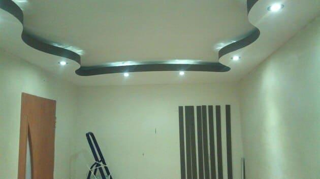 двухъярусный потолок из гипсокартона со световой нишей